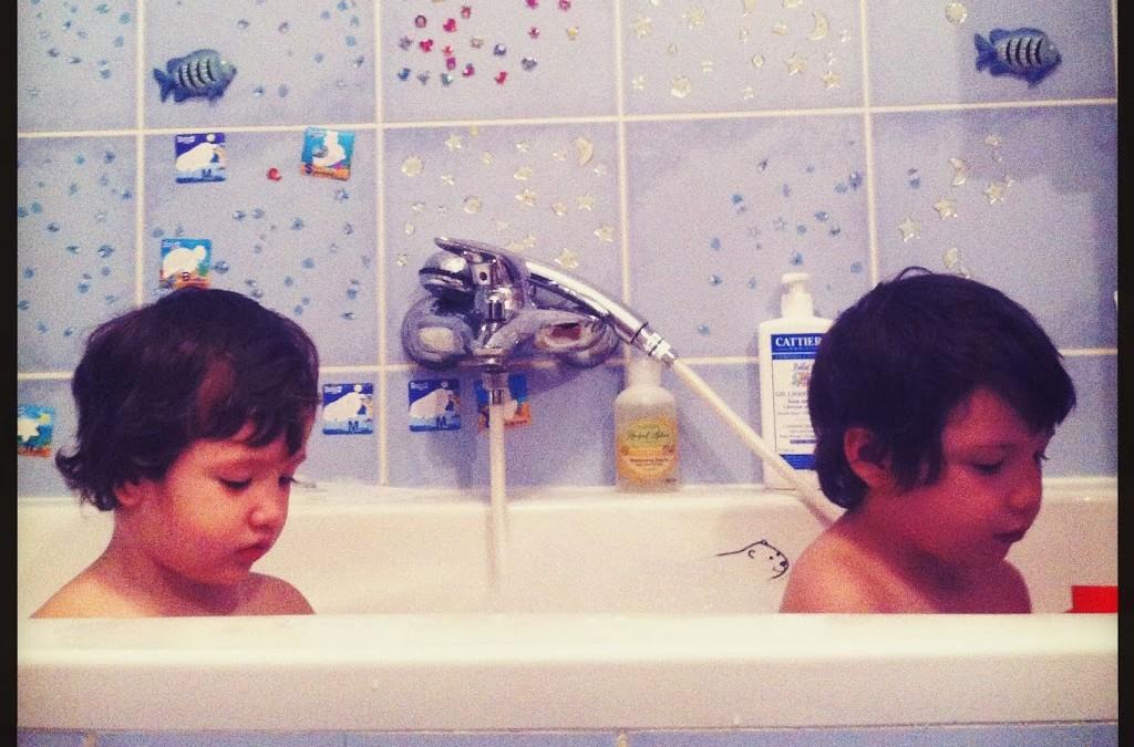 Ce fac copiii in baie